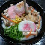 これは気になるっ!うどん県の「年明けうどん」はおめでたい紅のあん餅入り!