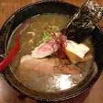 これ目的で旅行したいレベル!濃厚煮干しスープと極太縮れ麺が売りの「北海道ラーメン」に興奮!