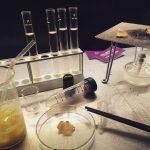 研究室みたいなサイエンスバーが超斬新!食器はすべて本物の試験管やフラスコ!?