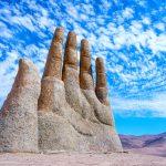 砂漠から巨大な手がにょきっ…空へ向かって生えてる謎の手は一体なに!?