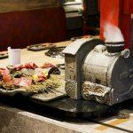 肉が汽車で運ばれてくる!?2週間で5000人来店した「流れ焼肉」が新しすぎ!