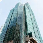 ガラス張りのビルが印象的!東京都港区にある「泉ガーデンタワー」で食事を楽しむ