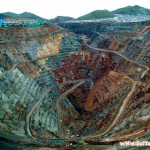 家を穴に飲み込まれた住人は半数以上!ペルーの鉱山にある巨大穴が不気味すぎる