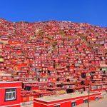 観光客は入れない!?真っ赤な地区「ラルンガルゴンパ」が息をのむ美しさ